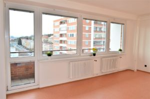 Byt 3+1 s výhledem, třemi balkony, šatnou a sklepem