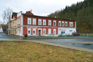 Prodej domu v centru Kraslic, 2x byt (1+1 a 4+1) a nebytové prostory, už. pl. 438 m2, pozemek 609 m2