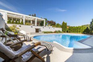 Rodinný dům 6+1 s bazénem, zimní zahradou, 2 garáž. stáními, Praha 6 – Nebušice